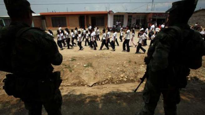 Varios niños marchan contra el secuestro y el incremento de la violencia en Villagarzón, en Putumayo (Colombia).