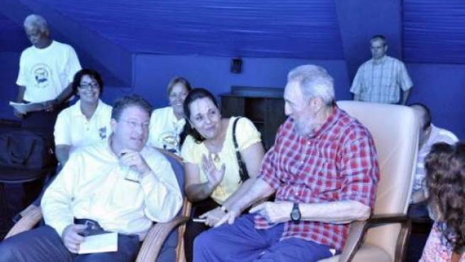 Fotografía de archivo del ex presidente cubano Fidel Castro (d) junto al periodista de EE UU de la revista The Atlantic Jeffrey Goldberg (2i).