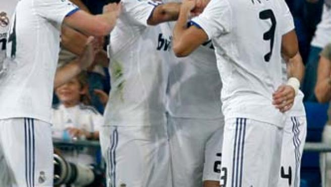 Ricardo Carvalho, defensa del Real Madrid, celebra su gol ante Osasuna con sus compañeros.