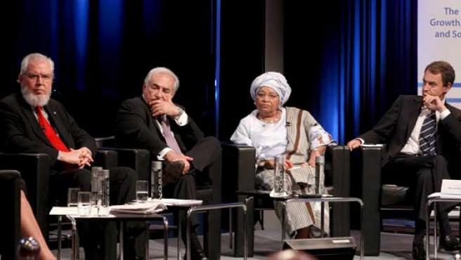De izquierda a derecha, los directores gerentes de la OIT y del FMI, la presidenta de Liberia y Zapatero.