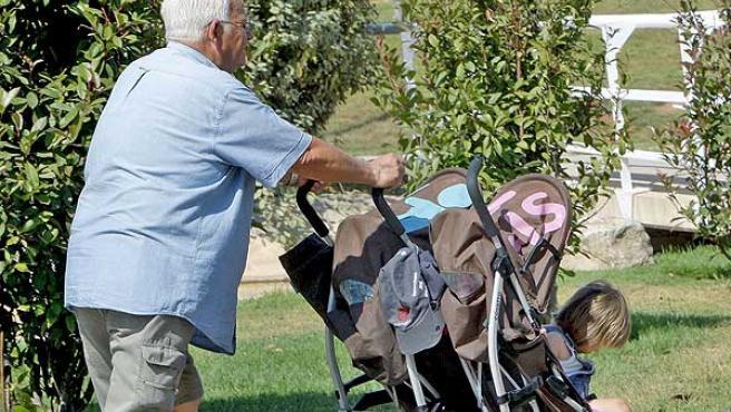 Un abuelo de paseo con sus nietos.