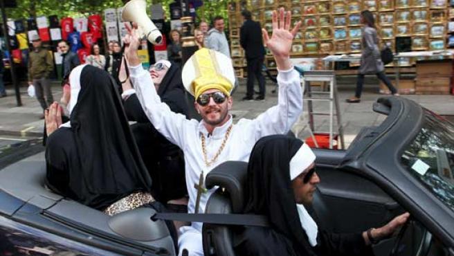 Cuatro manifestantes disfrazados de monjas y del Pontífice participan en una marcha de protesta contra la visita de Estado del papa Benedicto XVI a Reino Unido.