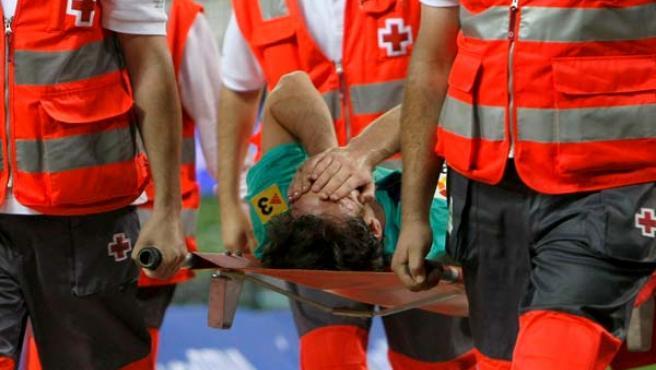 Leo Messi, delantero del Barcelona, se retira en camilla tras resultar lesionado en el partido ante el Atlético de Madrid.