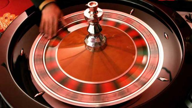 Una bola gira en una ruleta de casino.