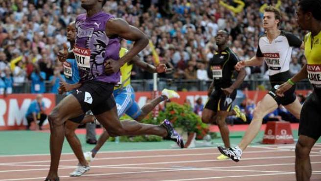 El velocista Usain Bolt cruza la meta tras su victoria en la prueba de los 100 metros en la Diamond League de París.