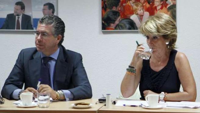 La presidenta regional, Esperanza Aguirre, junto a su consejero de Presidencia y secretario general del partido, Francisco Granados.