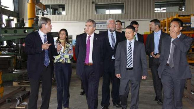 Munárriz explica a la delegación navarra las instalaciones de COMANSA JIE en Sha