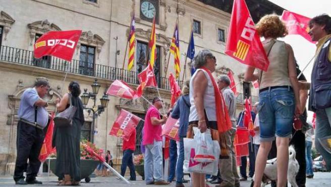 Los delegados sindicales, durante su protesta en Cort.