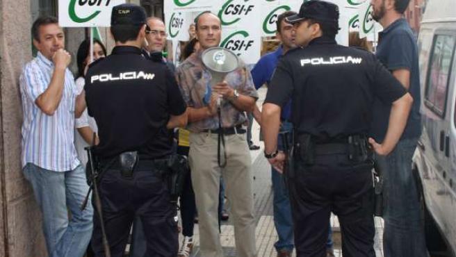Protesta de CSIF durante la visita de Chaves a Huelva