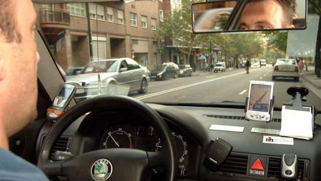 Un conductor con su navegador GPS en el coche.