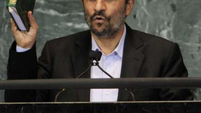 El presidente de Irán, Mahmoud Ahmadinejad, sosteniendo un ejemplar del corán en el inicio de los debates de la 65 Asamblea General de las Naciones Unidas en Nueva York.