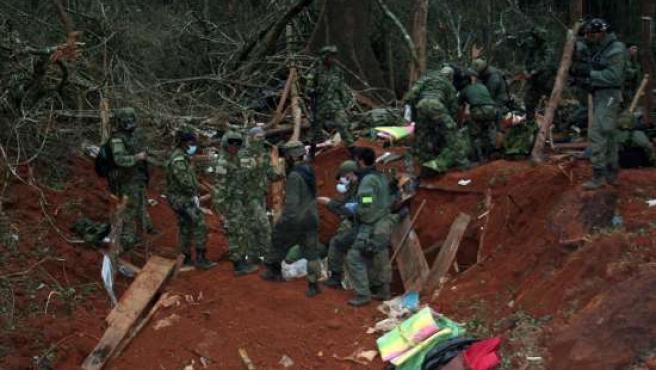 Miembros del Ejército colombiano durante la ocupación del campamento guerrillero donde murió Mono Jojoy.