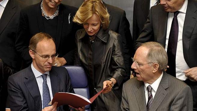 Elena Salgado, entre sus homólogos Wolfgang Schäuble, de Alemania, y Didier Reynders, de Bélgica, en la reunión de ministros de la zona euro en Luxemburgo.