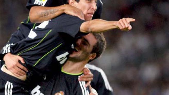 Ángel Di María, extremo del Real Madrid, celebra su gol ante la Real Sociedad con sus compañeros.