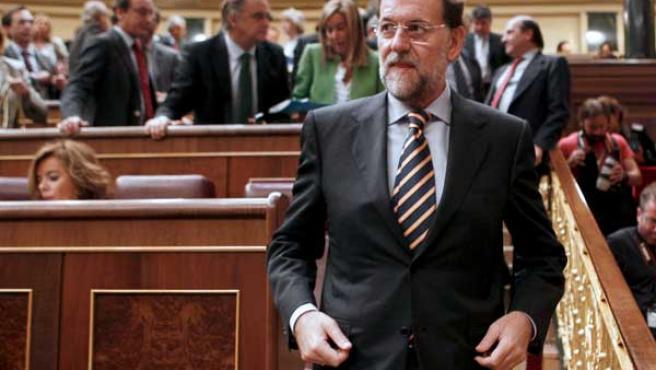El líder del PP, Mariano Rajoy, abandona su escaño durante el pleno del Congreso de los Diputados celebrado este jueves.