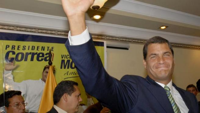 Rafael Correa saluda en una rueda de prensa en un hotel de Quito. (Guillermo Legaria/EFE)