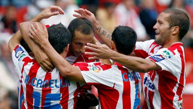 Diego Castro, delantero del Sporting, celebra su gol ante el Mallorca con sus compañeros.