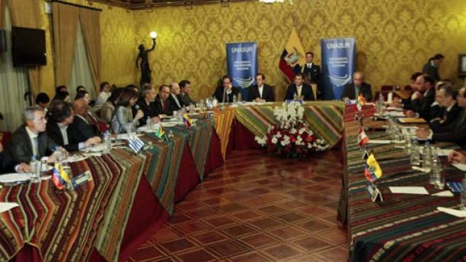 El presidente de Ecuador, Rafael Correa (c), encabeza una reunión de cancilleres de varios países miembros de la Unasur en Quito (Ecuador).