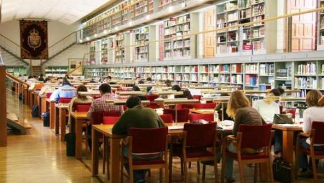 Estudiantes en una biblioteca