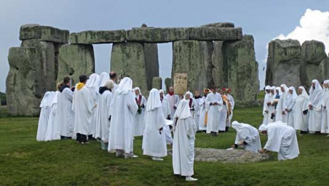 Druidas durante una de sus celebraciones en Stonehenge.