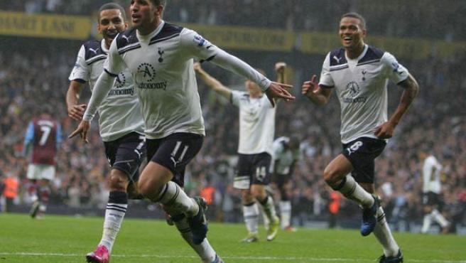 Rafael Van der Vaart, centrocampista del Tottenham, celebra uno de sus dos goles ante el Aston Villa.
