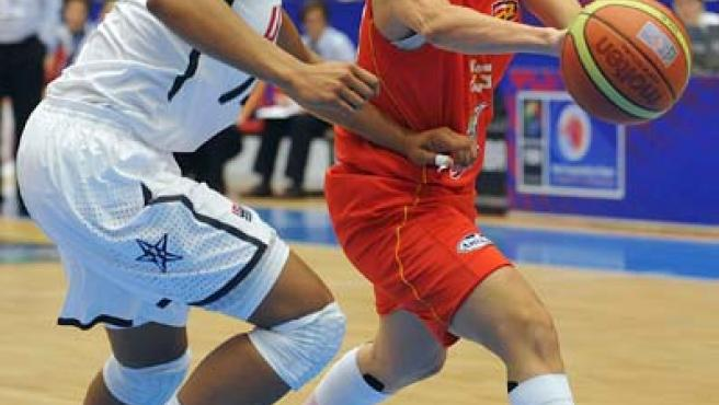 Amaya Valdemoro, alero de la selección española, penetra a canasta ante Maya Moore, de EE UU.
