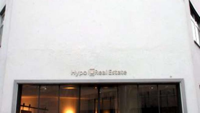 Un hombre pasa frente a la oficina principal de la compañía Bienes Raíces Hypo en Munich (Alemania).