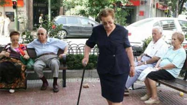 Un grupo de jubilados en la calle.