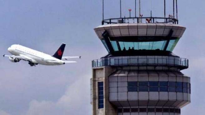 Un avión despega mientras es vigilado desde la torre de control de un aeropuerto.