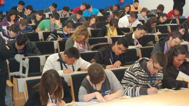 Imagen de algunos alumnos dando clase en un instituto.