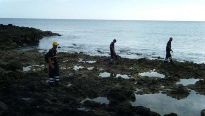 Miembros de los servicios de emergencias buscan por la costa de Fuerteventura