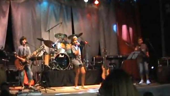El grupo infantil de rock Nacidos del Cierzo en uno de sus conciertos.