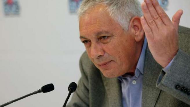 Guillerme Vázquez, portavoz nacional del BNG, con la mano en posición reprobator