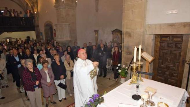 El obispo bendice el altar