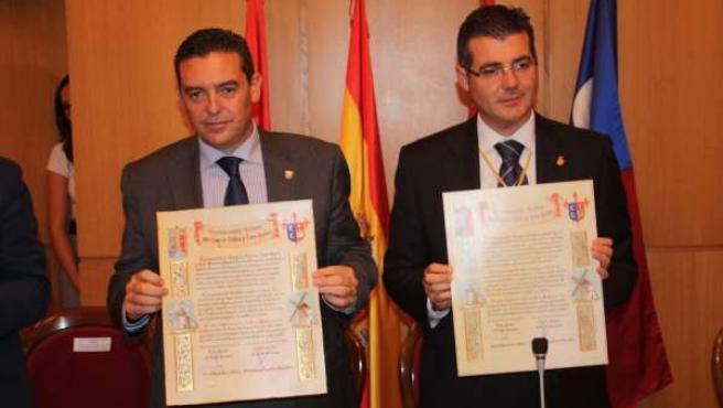 Los alcalde con el acta de hermanamiento