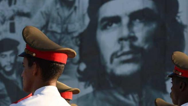 Imagen del 'Che' Guevara durante un homenaje en Santa Clara (Cuba) en el 40 aniversario de su muerte.