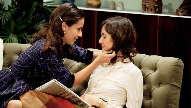 Una escena de 'Amar en tiempos revueltos', con Marina San José y Carlota Olcina.