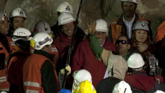 El minero chileno Mario Sepúlveda al llegar a la superficie tras su liberación.