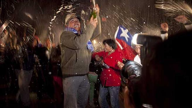 Familiares de los 33 mineros ya liberados celebran el final feliz del rescate.