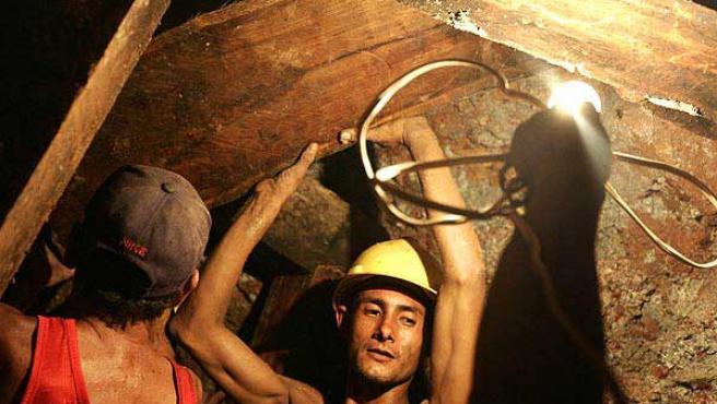 Mineros buscando oro en la mina del Corpus, en las montañas al sur de Honduras.