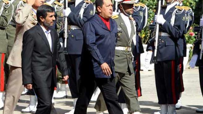 El presidente venezolano, Hugo Chávez (dcha), y su homólogo iraní, Mahmud Ahmadineyad (izq), pasan revista a la guardia de honor.