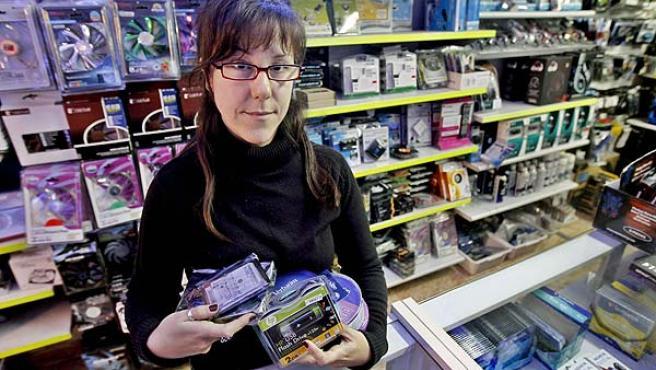 La primera comerciante que recurrió el canon digital, Ana María Méndez, posa con varios productos sujetos a dicho gravamen.