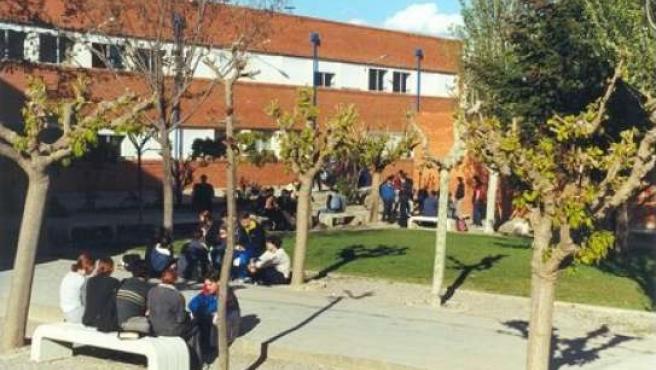 Unos jóvenes a la entrada de su instituto.