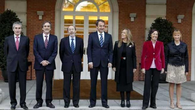 El jefe del Ejecutivo, José Luis Rodríguez Zapatero, y sus ministros antes de presidir la reunión del Consejo.