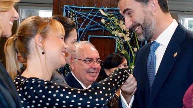 El Príncipe Felipe saluda a la nueva ministra de Sanidad, Leire Pajín, durante el acto de entrega de los Premios Príncipe de Asturias 2010.