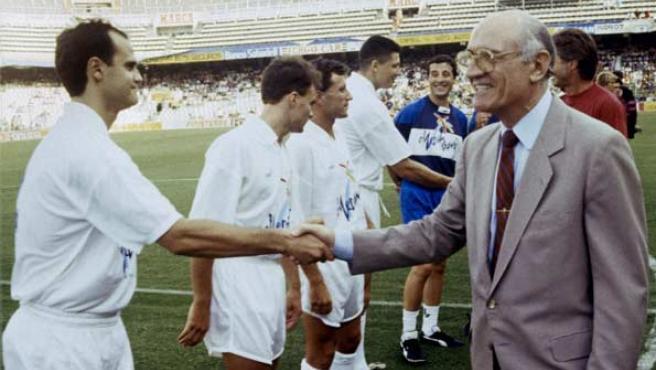 Fotografía de archivo, tomada en la temporada 1992/93, del entonces presidente del Valencia Arturo Tuzón (d) dando la mano a su jugador Fernando Gómez.