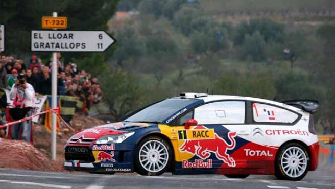 El piloto Sebatien Loeb (Citröen) pasa por el tramo de El Priorato en la tercera y última etapa del Rally RACC Cataluña-Costa Dorada.