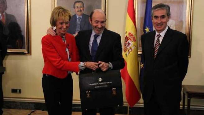 De la Vega, Rubalcaba y Jaúregui durante el traspaso de carteras tras la remodelación del Gobierno.