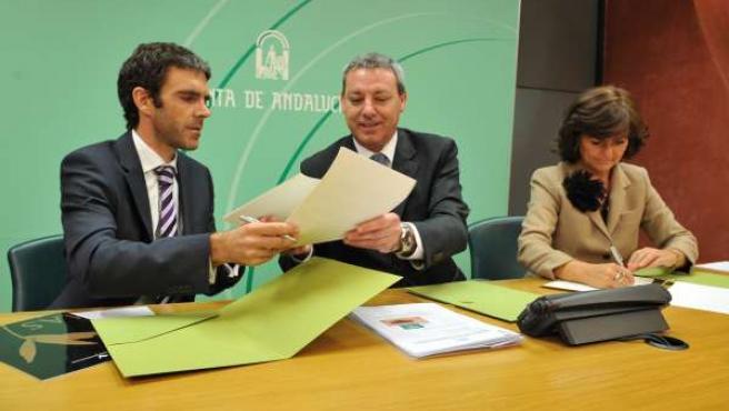 El consejero de Educación, Francisco Álvarez de la Chica, firma un convenio para