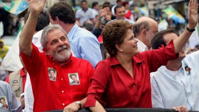 La candidata a la presidencia de Brasil por el Partido de los Trabajadores, Dilma Rousseff, acompañada del presidente Luiz Inácio Lula da Silva, en un acto de campaña electoral.
